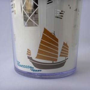 ヨットが描く波が糸で紙にステッチされています