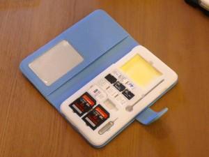 フリップケースをつければカバーにもなり、さらに名刺などを収納可能