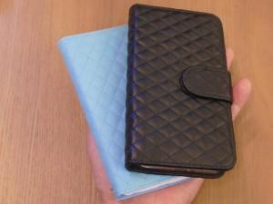 iPhoneは黒、SIMケースはライトブルーでお揃いカバーを付けるのもいいですね